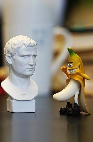 Une banane enleve sa peau devant un buste en platre multipotentiel