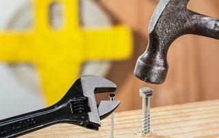 Comment enfoncer une vis avec un marteau
