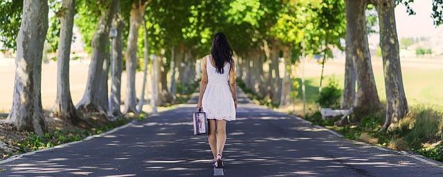 Femme qui marche sur une route