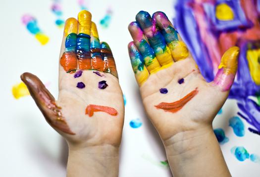 zèbre mains colorées